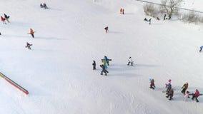 滑下来和走多雪的倾斜的挡雪板天线用设备在手上 股票视频