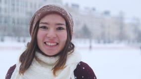 滑冰一名年轻微笑的离照相机较近的妇女外面和冰鞋 股票录像