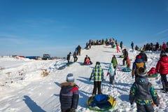 滑冰从雪幻灯片在节日冬天乐趣在Uglich, 免版税库存图片