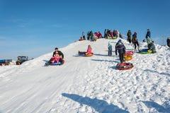 滑冰从雪幻灯片在节日冬天乐趣在Uglich, 免版税图库摄影