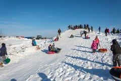 滑冰从雪幻灯片在节日冬天乐趣在Uglich, 免版税库存照片