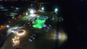 滑冰冬天村庄的鸟瞰图,支架乘驾,娱乐 股票视频
