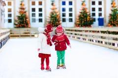 滑冰在冬天的孩子 为孩子滑冰 库存照片