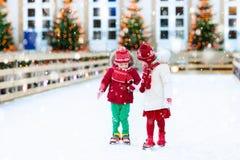 滑冰在冬天的孩子 为孩子滑冰 库存图片
