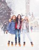 滑冰在室外露天冰溜冰场的年轻和俏丽的女孩在wi 免版税图库摄影