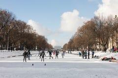 滑冰在河 免版税库存图片