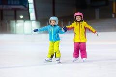 滑冰在滑冰场的孩子 哄骗冬季体育 免版税库存图片