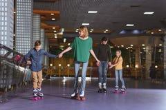 滑冰在路辗的父母和孩子 库存照片