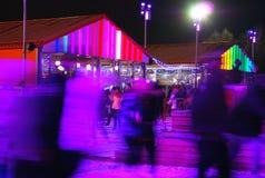 滑冰场在高尔基公园在莫斯科 城市点燃晚上场面 库存图片