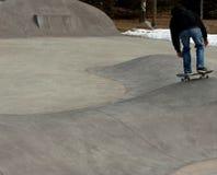 滑冰往更高的目标的溜冰板者 免版税库存照片