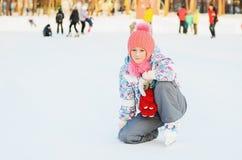 滑冰愉快的女孩 免版税库存照片