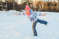 滑冰愉快的女孩 免版税图库摄影