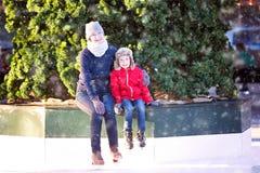 滑冰的家庭 免版税库存照片