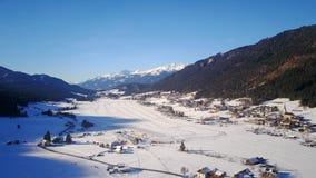 滑冰的游览全景在Weissensee冰的在奥地利 免版税库存照片