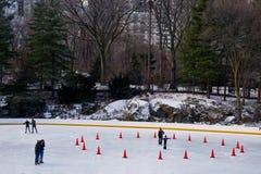 滑冰的溜冰场,中央公园纽约 免版税库存照片