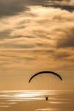 滑动在与海运的日落时数在背景中 免版税库存图片