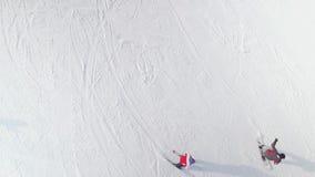 滑在与拷贝和自由空间的多雪的倾斜下的滑雪者和挡雪板天线  股票录像