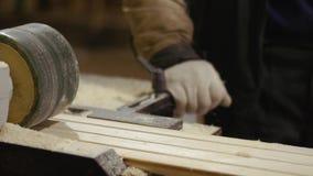 滑木匠处理器机器的木委员会在锯木厂工厂 股票视频