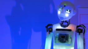 滑稽有人的特点机器人谈话和移动的头 免版税库存图片