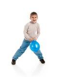 滑稽气球的穿蓝衣的男孩 免版税库存图片
