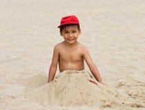 滑稽海滩的男孩 免版税库存照片