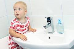 滑稽白色白种人男孩小孩一个岁洗涤的手特写镜头画象在卫生间和看起来里惊奇的激动, playi 免版税库存图片
