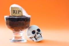 滑稽的万圣夜巧克力沫丝淋用坟茔曲奇饼 图库摄影