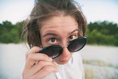 滑稽的俏丽的讨厌的女孩特写镜头画象有太阳镜的 免版税图库摄影