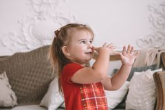 滑稽的儿童女孩戏剧在家 有的女孩乐趣和跳舞 休闲和娱乐在家 免版税图库摄影