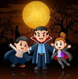 滑稽的动画片吸血鬼在万圣夜夜鬼的背景中 免版税图库摄影