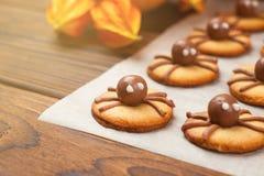 滑稽的可口姜饼干为在桌上的万圣夜,选择聚焦,被定调子的照片 库存图片