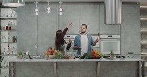 滑稽的吸引人夫妇在厨房准备dacing和花费疯狂的时间的食物和同样时刻一起使用 股票录像