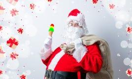 滑稽的圣诞老人用冰淇凌 免版税图库摄影