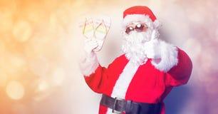 滑稽的圣诞老人获得与假期触发器的一个乐趣 免版税库存图片