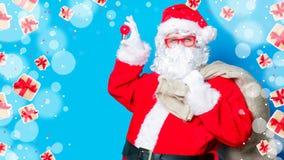 滑稽的圣诞老人获得与电灯泡的一个乐趣 免版税库存图片