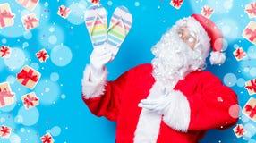 滑稽的圣诞老人获得与触发器的一个乐趣 免版税库存照片