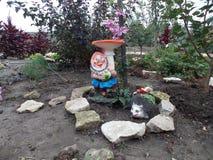 滑稽的地精在村庄的花园里 库存图片