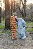 滑稽的夫妇佩带的狂欢节猫和狗服装 免版税库存照片