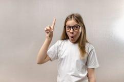 滑稽的女孩惊叹充满喜悦 解决了问题 查寻想法 ?? 免版税图库摄影