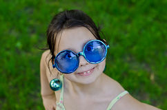 滑稽的女孩玻璃一点 免版税库存图片