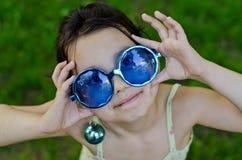 滑稽的女孩玻璃一点 免版税图库摄影