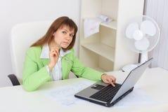 滑稽的女孩膝上型计算机办公室工作 库存照片