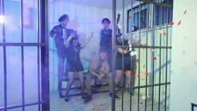 滑稽的女性官员在监狱牢房跳舞 股票视频