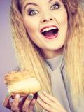 滑稽的妇女拿着奶油饼蛋糕 库存照片
