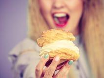 滑稽的妇女拿着奶油饼蛋糕 免版税库存照片