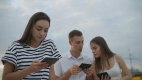 滑稽的学生读ebooks户外 股票视频
