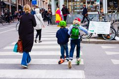 滑稽的孩子在滑行车滑冰在交叉路 库存图片