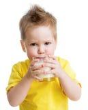滑稽的恼怒的孩子饮用的奶制品 免版税库存图片