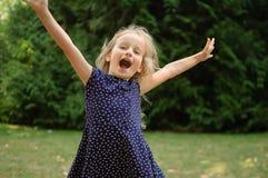 滑稽的惊奇的小白肤金发的女孩尖叫在公园 户外愉快的Acive女孩画象  免版税库存照片