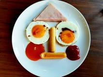 滑稽的早餐面孔用火腿热狗蛋香肠 库存照片